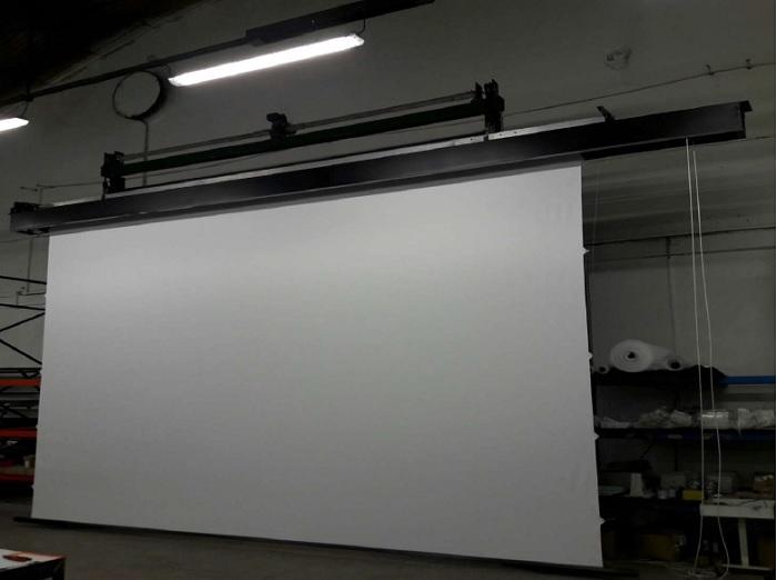 Контроль качества на фабрике JT Motors перед отправкой экрана