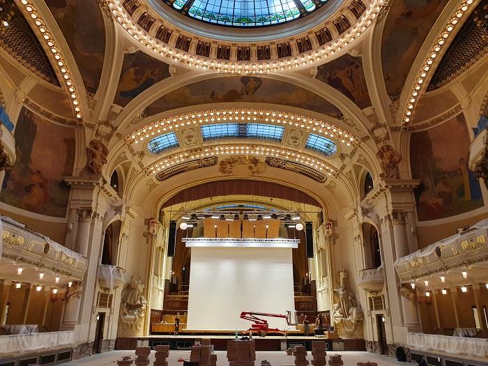 Экран Rollo Jumbo TabTension шириной 9 м установлен в историческом здании Муниципального дома в центре Праги